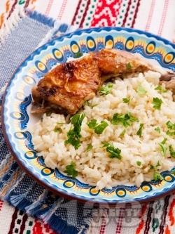 Печени пилешки бутчета с бял ориз и магданоз на фурна - снимка на рецептата